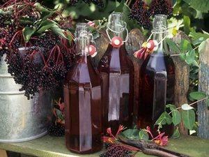 Рябиновое вино в бутылках